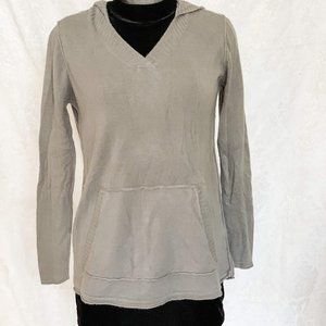V-neck sweater with hood and pocket in front